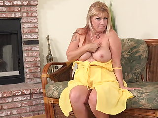 Broad in the beam mature mom at hand hungry vagina